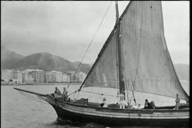 Grande plano de velejar na água — Vídeo stock