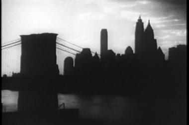 Brooklyn Bridge at nightfall, New York City, 1930s — Stock Video