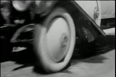 Vintage car driving off mountain and crashing into ocean — Stock Video