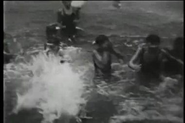 20 世纪 30 年代在公园,纽约城,水中玩耍的孩子 — 图库视频影像