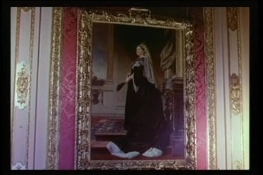 Close-up painting of Queen Victoria in gilded frame on wall — Stock Video