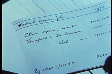Close-up de mão virando páginas do livro de despesa — Vídeo stock