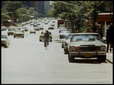Atirador disparar contra ciclista e na rua da cidade — Vídeo stock