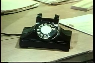 Homem segurando o pequeno caderno, falando no telefone de disco — Vídeo stock