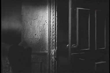 Door closing by itself — Stock Video