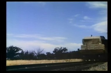 Treno trasportante scatole di dinamite — Video Stock