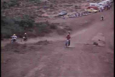Course de moto sur le chemin de terre — Vidéo