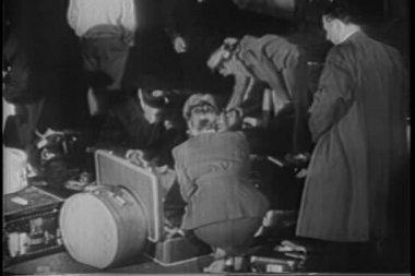 Bagage inspektion i hamn — Stockvideo