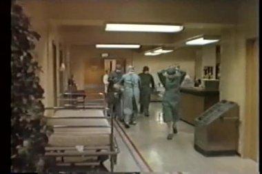 Enfermeiros trazendo bebê recém-nascido para ala de imunologia — Vídeo Stock