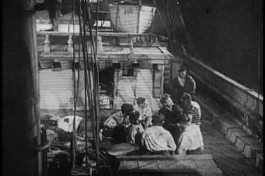 Marineros en el barco durante la tormenta — Vídeo de stock