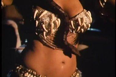 Dançarina do ventre dançando com cobra enrolada em torno dela — Vídeo Stock