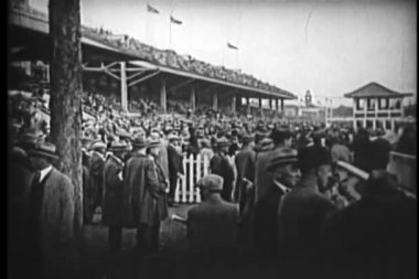 Wide shot of crowd at race track — Stock Video