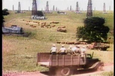 Bred sköt bilar och lastbilar som kör genom oljefält — Stockvideo