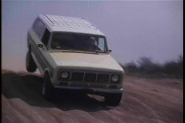 Jeep speeding down dirt road — Stock Video