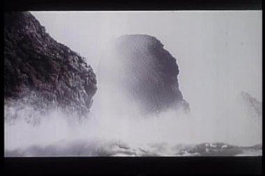 Olas rompiendo contra las rocas a lo largo de la costa de oregon — Vídeo de stock