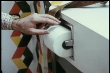 Gros plan homme tirant une grande quantité de papier de toilette — Vidéo