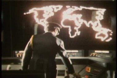 вид сзади военного офицера, переходя на карте неон в комнате управления — Стоковое видео