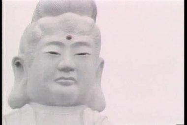Upprätta skott av jätte asiatiska staty och pagoda — Stockvideo