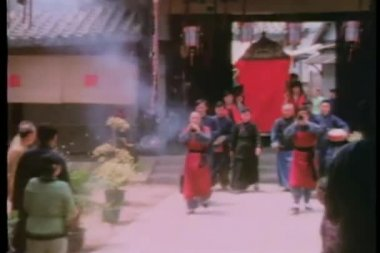 Zoom out celebration of royalty arriving in palanquin — Stock Video
