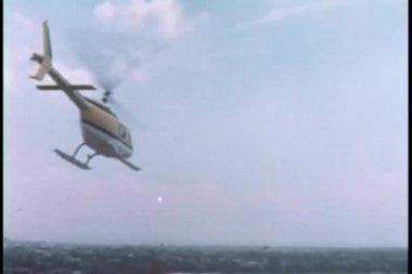вид сзади вертолет, летевший над городом — Стоковое видео