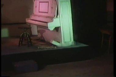 Flotante piano explota y se hunde en el piso — Vídeo de stock