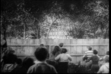 儿童瞥木栅栏后视图 — 图库视频影像