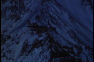 Avião cai em montanha e quebra o botijão de gás venenoso — Vídeo stock