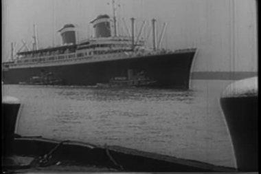 Barco llegando a puerto — Vídeo de Stock