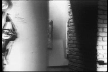 Panorering skott av galleri konstutställning — Stockvideo