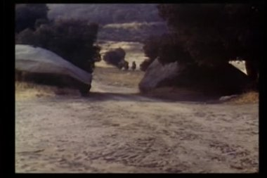 Uomini a cavallo al galoppo attraverso montagne — Video Stock