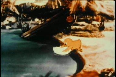Pollito con cáscara de huevo como barco — Vídeo de Stock