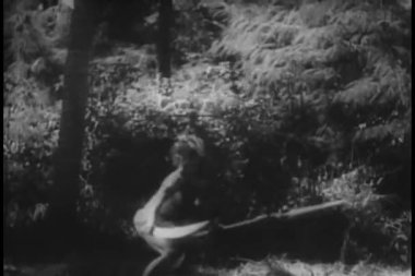 Native warriors running through jungle — Stock Video