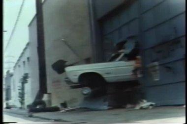 Beyaz araba garaj duvardan — Stok video