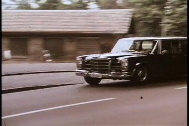 Mercedes-Benz limousine leaving city — Stock Video
