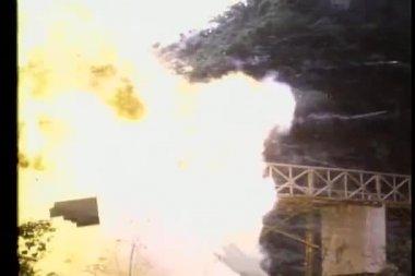 Brücke sprengen — Stockvideo