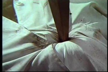 Close-up van handen gaat rijden in lichaam met een bijl — Stockvideo