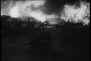 Peasants fleeing burning village — Stock Video