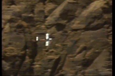 Dağların uçan pervaneli uçak — Stok video
