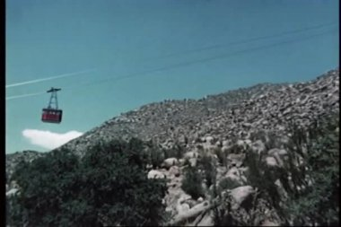 Tělo muže z letecké tramvají — Stock video