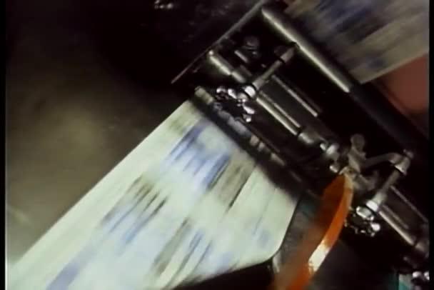 Au cours de la presse d'impression des journaux exécuter à l'imprimerie — Vidéo