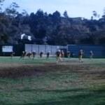 Wide shot van het beoefenen van high school voetbal team — Stockvideo