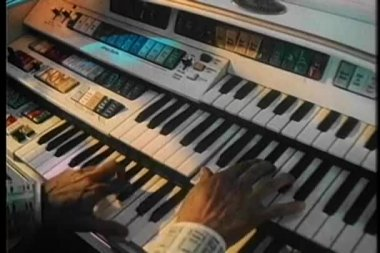 Medium shot of male hands playing an organ — Vídeo Stock
