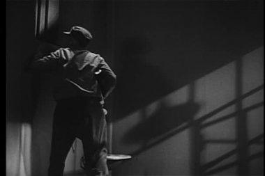 заключенный, направленный пулемет через окно ячейка — Стоковое видео