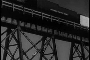Viejo puente escalada como tren pasa por encima de la cabeza — Vídeo de stock