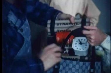 человек, положить взрывчатых веществ в сумка — Стоковое видео