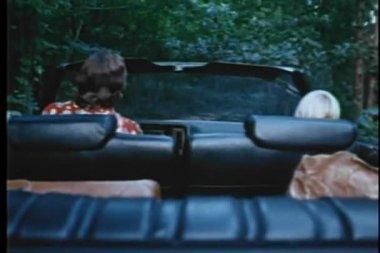 Vue arrière de l'homme et garçon, conduite à travers bois en monnaies convertibles — Vidéo