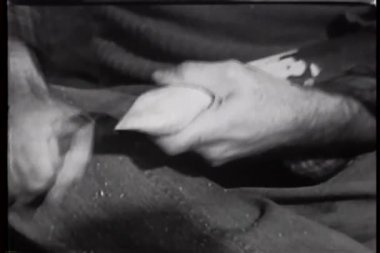 用刀雕刻木材的手的特写 — 图库视频影像