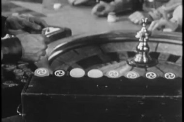 Men placing bet at roulette table — Vídeo de stock