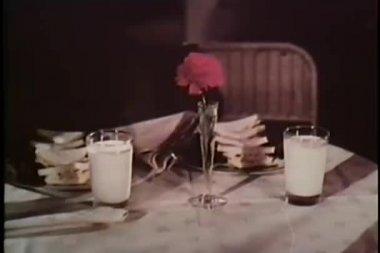 средний снимок женщины принимая гвоздики от ваза для цветов на столе — Стоковое видео