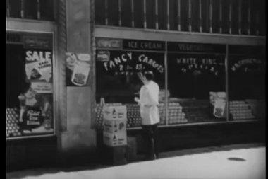 вид сзади магазина мужской работника, роспись на стекло окна — Стоковое видео